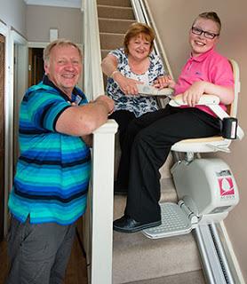 handicape-fauteuil-monte-escalier